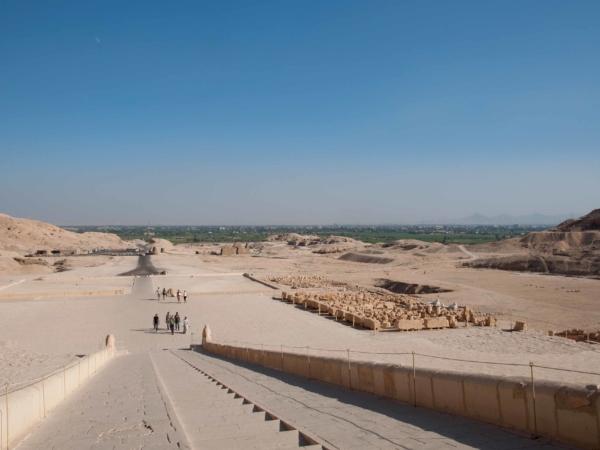 Výhlez z chrámu královny Hatšepsut k údolí Nilu.
