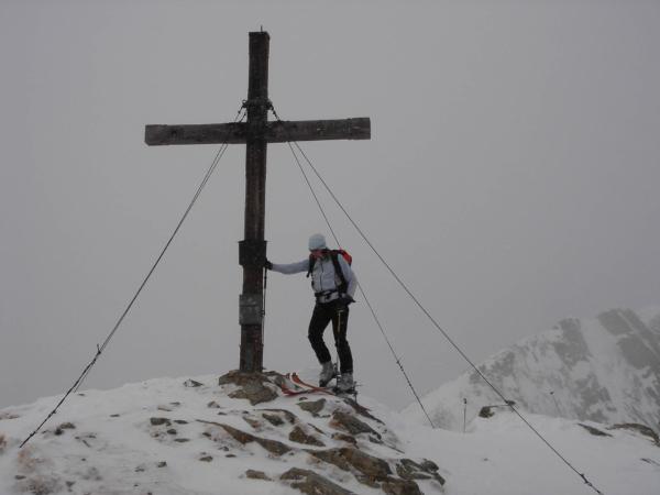 Ale nakonec se všichni fotíme u vrcholvého kříže Gummy - 2320m.
