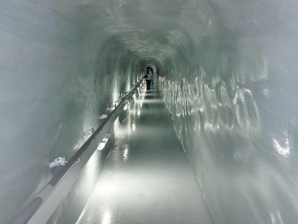 V podzemí sedla Jugfrajoch je ledový palác.