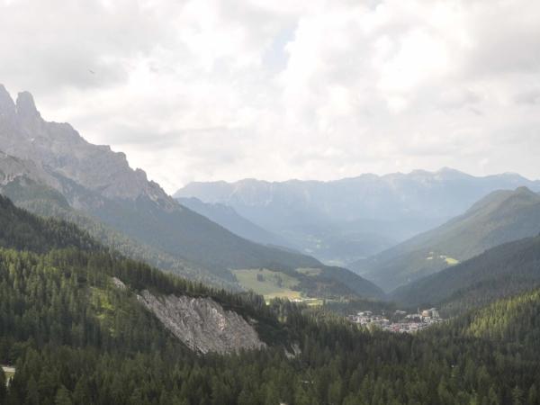 Už na cestě domů - pohled na San Martino z Passo Rolle.