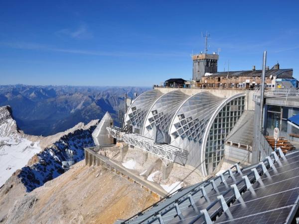Pohled z německé strany na rakouskou vrcholovou stanici na Zugspitze.