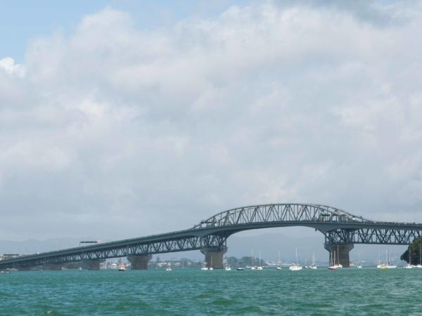 Silnice přes most má 4 pruhy každým směrem.