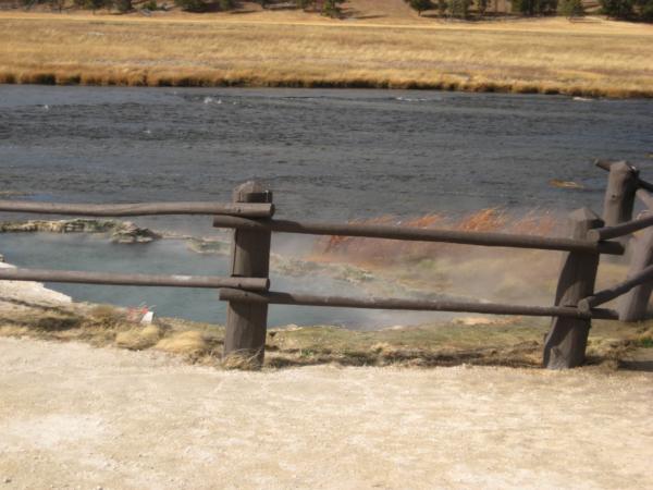 U Fountain flat - zřídlo horké vody ústí do řeky.