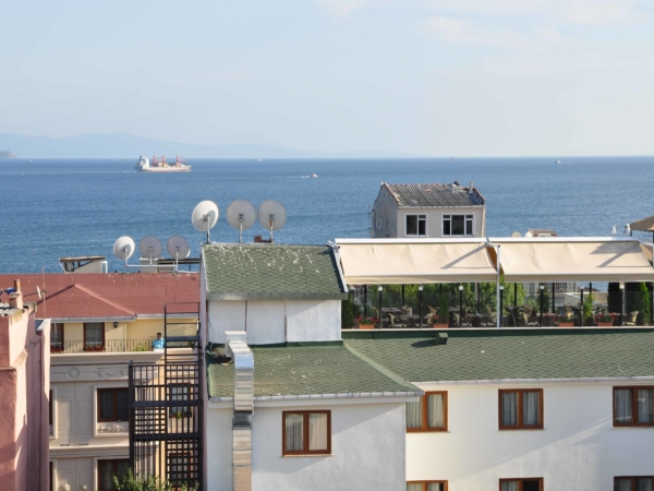 Pohled na hotel, kde jsme bydleli - s restaurací na střeše.