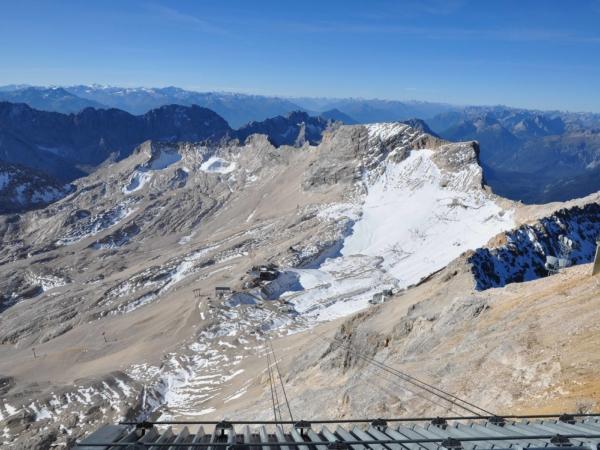 Pohled na náhorní plošinu s lyžařským areálem pod vrcholkem Zugspitze.