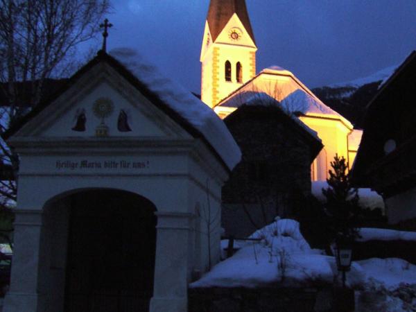 Kostel v Lessachu je večer krásně osvětlen.