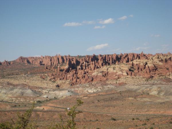 Pohled na severní část parku Arches. Vypadá to trochu jako Bryce kaňon.