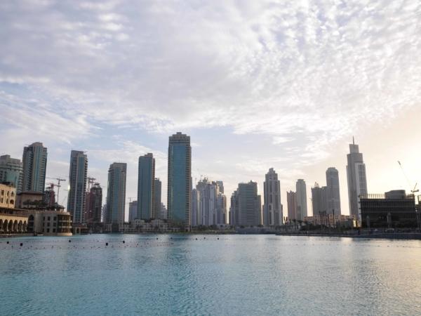 Pohled od Dubai Mallu přes vodní plochu směrem k Sheikh Zayed Road.