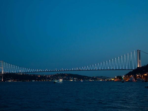 Most přes Bospor v noci