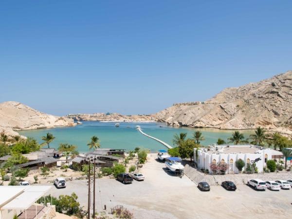 Pohled na zátoku Barr al Jissah. V pozadí resort Shangri-la.