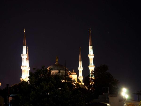 Modrá mešita v noci.