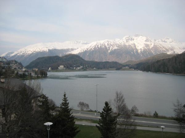 Jezero St. Mořic - ještě částečně zaledněné.