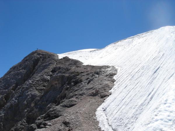 Pohled od sestupové stěny zpět k vrcholu.
