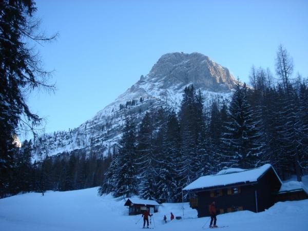 Pohled za sjezdovky na vrchol Krippensteinu a horní stanici lanovky.