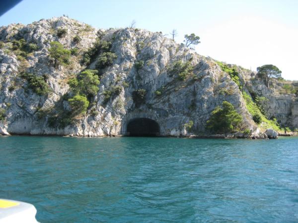 Po stranách úžiny jsou takovéhle mořské tunely - že by ponorkové doky?