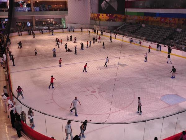 A ledový stadion uvnitř Dubai Mallu! Klidně by se tu dala hrát NHL.