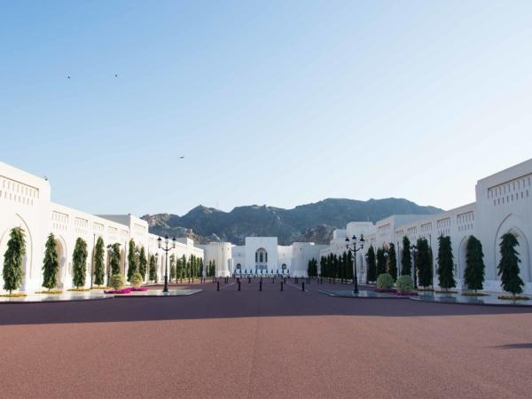 Promenáda před palácem Al Alam.