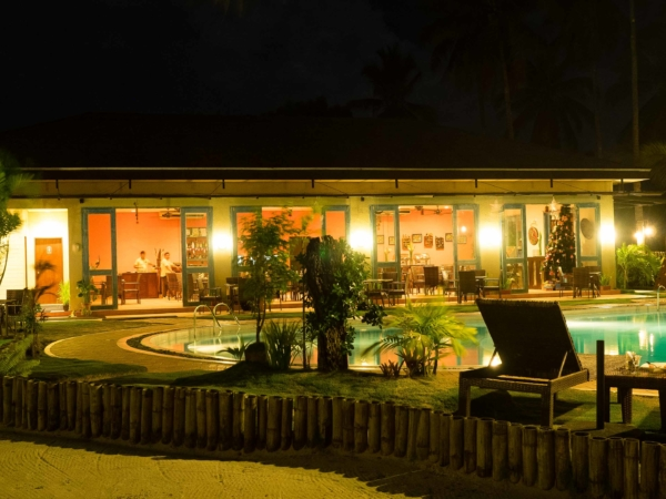 Hotelový bazén a restaurace.
