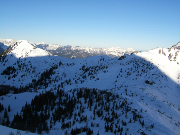 Pohled z výstupové trasy na skiareál.