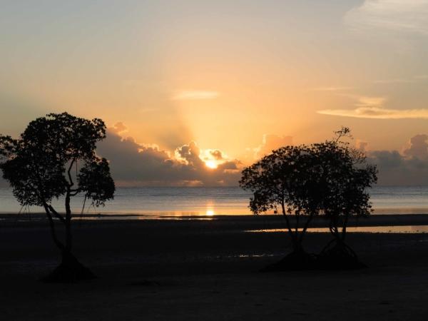 Východ slunce nad pláží před hotelem.