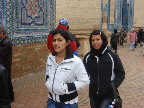 Krásné usmívající se uzbecké dívky.