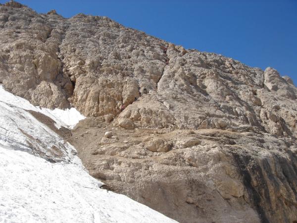 Pohled zpátky na davy v sestupové cestě po stěně na ledovec.