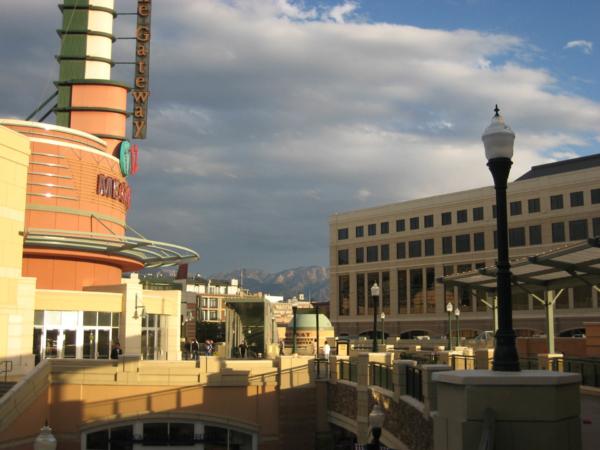 Pohled na obchodní centrum s horama v pozadí...