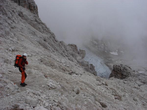 Ze skalního plata sestupujeme k ledovci Sfulmini.