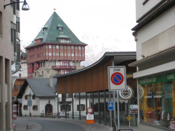 St. Mořic - stavby s tou červenou věží je to Badrutt´s Palace hotel
