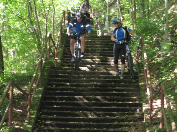 Parádní schody k Vltavě - někteří z nás si je dáváme.