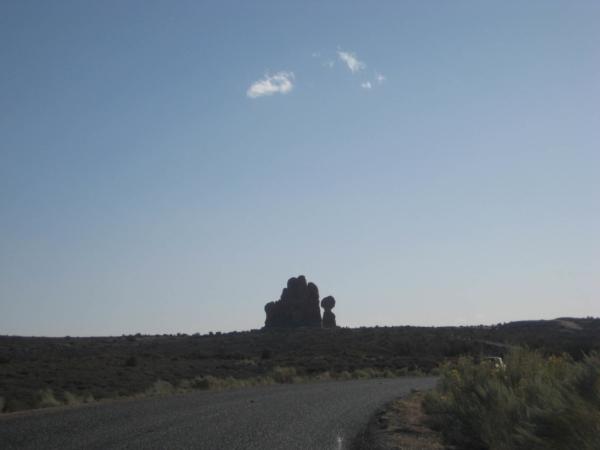 Panorama v odpoledním slunci - Balanced Rock. Odjíždíme bydlet do Moabu.