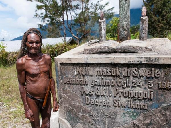 Památník připomínající založení zdejší misie v r. 1961.