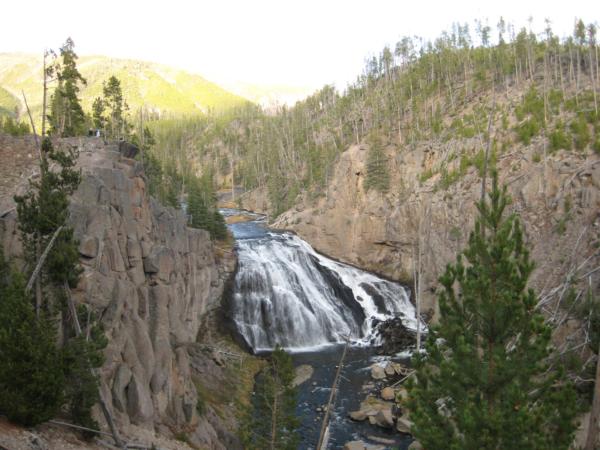 Jeden z četných menších vodopádů cestou...Gibbon Falls.