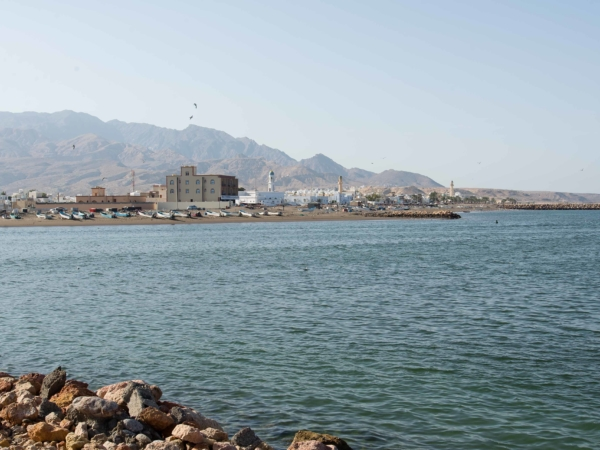 Ospalé městečko Quriyat. Ráno žije rybolovem.