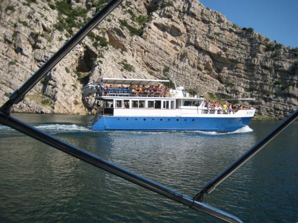 Výletní loď vedle nás
