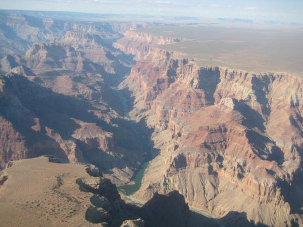Soutok řek Colorado a Little Colorado a náznak rozměrů Grand Canyonu.