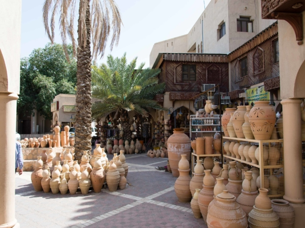 Hrnčířský obchod ve městě Nizwa - bývalém hlavním městě Ománu.