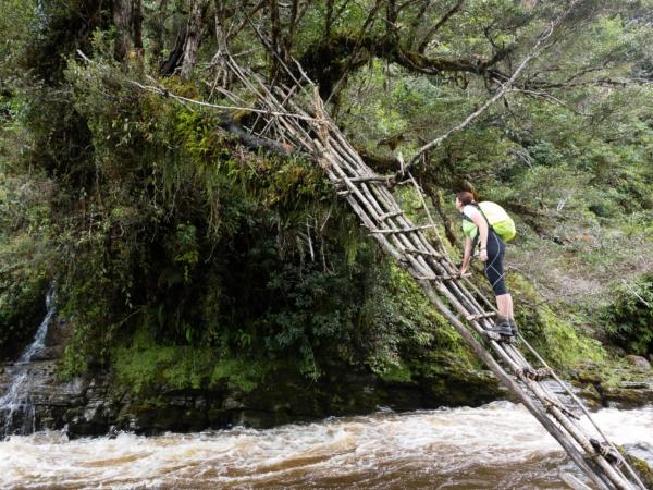 Most přes řeku.