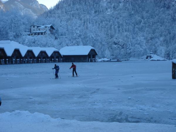 Někteří tu provozují skialpinismus na ledě nebo to jsou běžkaři?