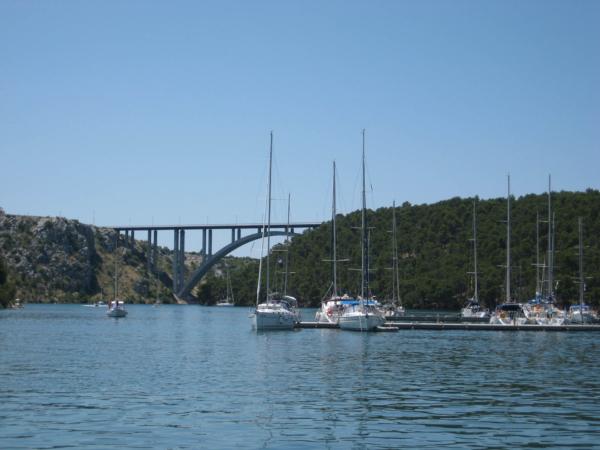 Marína Skradin s dálničním mostem.