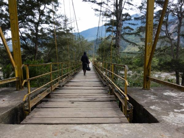 Most přes řeku Baliem a do civilizace. Hurá.