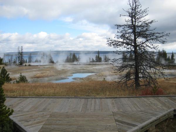 Leží přímo na břehu jezera Yellowstone.