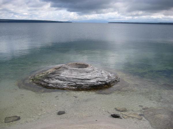 Některé gejzíry vyvěrají z jezera - Fishing Cone.