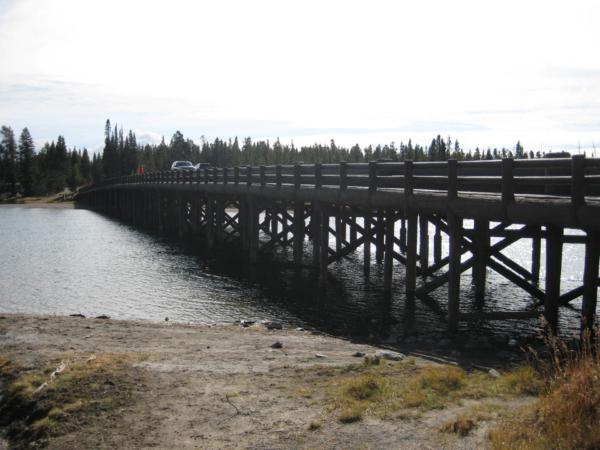 Fishing bridge - most přes řeku Yellowstone River, která vytéká z jezera.