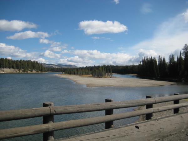 Pohled na řeku z mostu