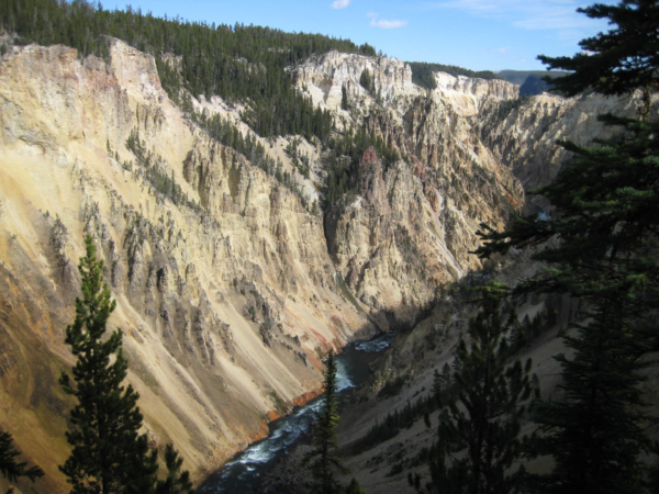 Údolí řeky Yellowstone - je žluté! Toto údolí dalo Yellowstonu jméno.