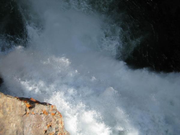 Pohled dolů z druhé strany - přímo nad vodopádem. To je hukot!