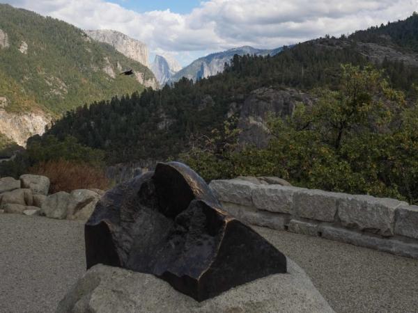 Bronzová socha Half Dome v pozadí se skutečným Half Dome.