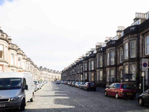 Bydlení v Edinburghu - samá řadovka - tyto jsou vyšší kategorie...