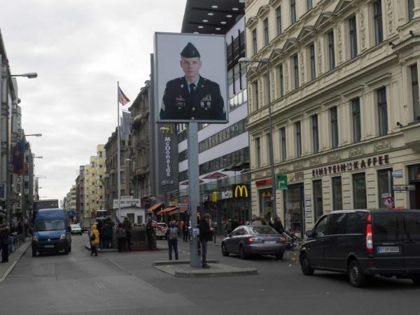 Checkpoint Charlie. vlevo známá cedulka -